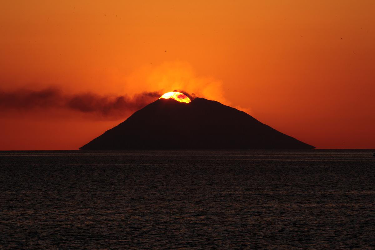 Tramonto sull' isola di Stromboli
